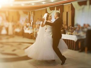 Damit Sie den Hochzeitswalzer sicher tanzen, empfiehlt sich ein Hochzeitstanzkurs zu besuchen